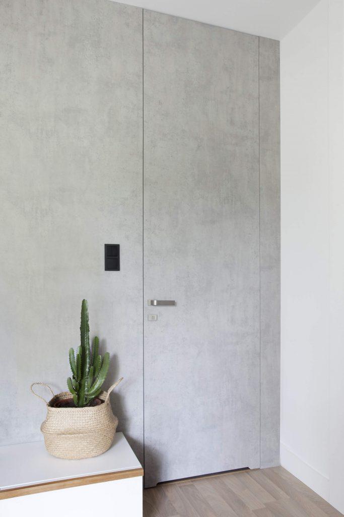 Drzwi PŁASKIE łazienkowe schowane w ścianie.