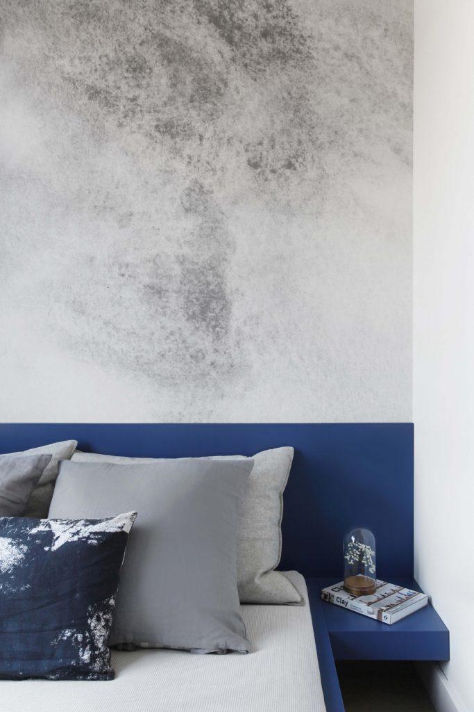 Granatowo-betonowa sypialnia