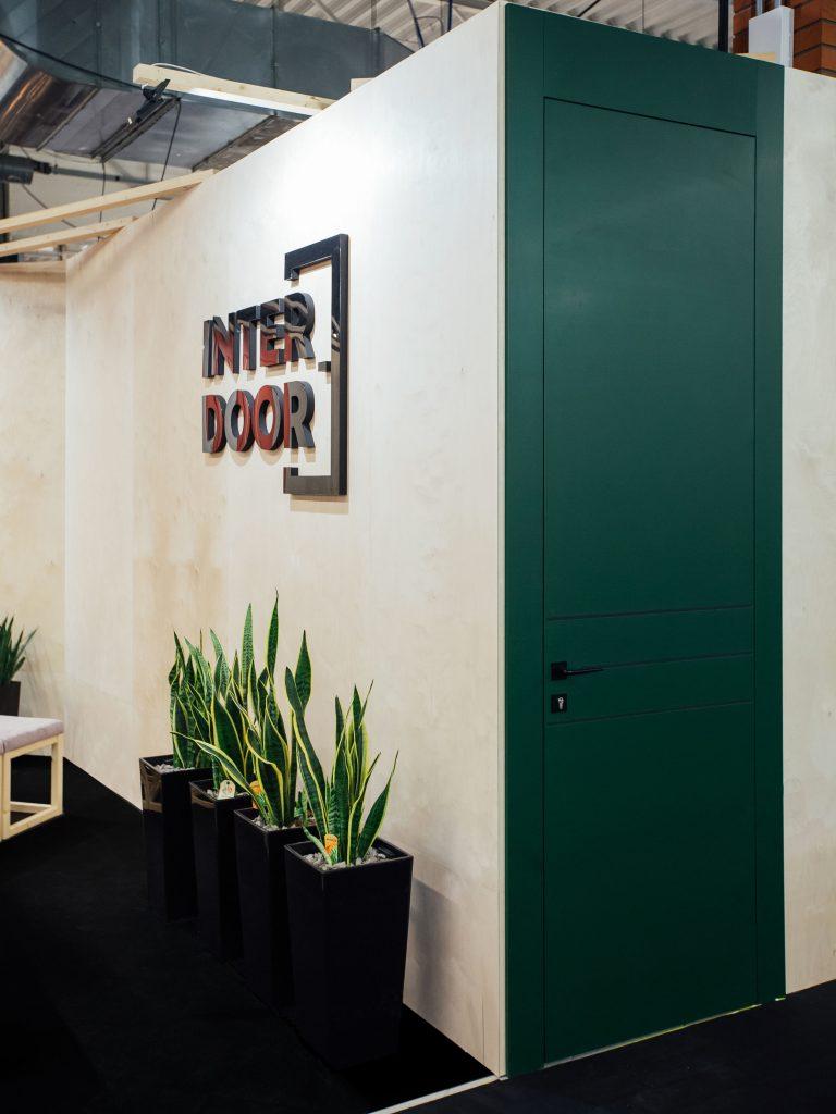Warsaw Home 2018 - zielone, wysokie drzwi ALBA z czarnymi okuciami i czarnymi wstawkami