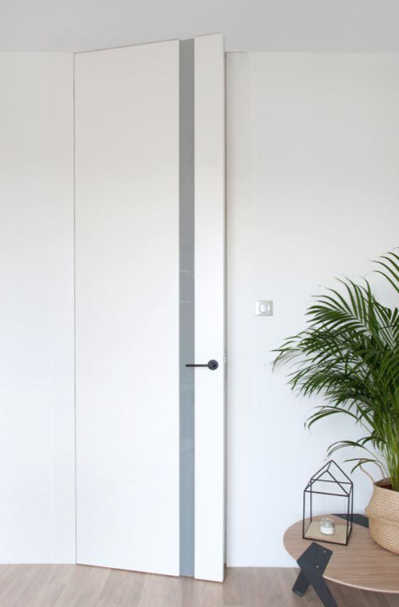 Wysokie do sufitu drzwi LUKKA na ościeżnicy ukrytej bez górnej belki.