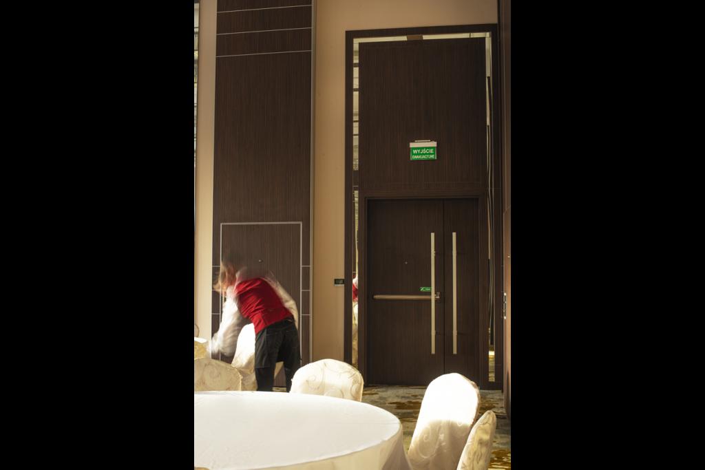 Hotel Primavera - drzwi z panelami powiększającymi przestrzeń