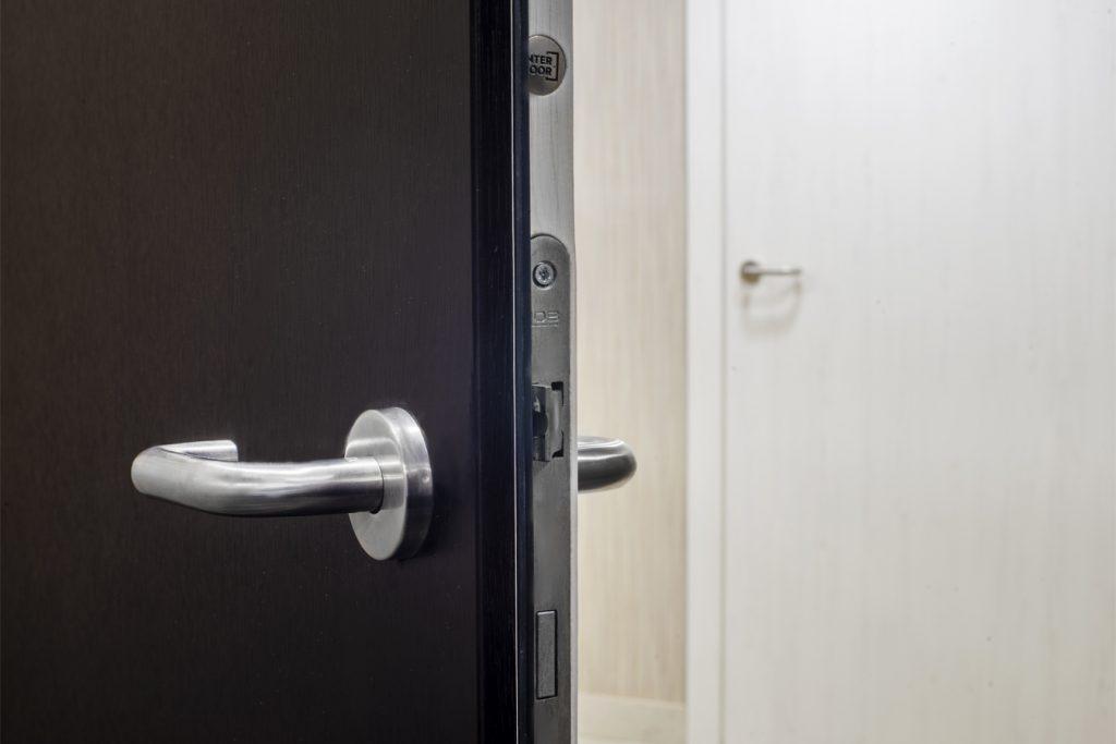 Dwukolorowe drzwi do łazienki