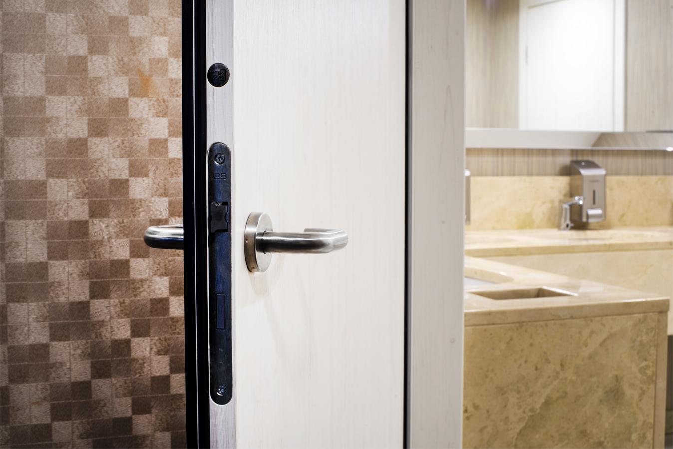 Hotel Primavera - drzwi do łazienki