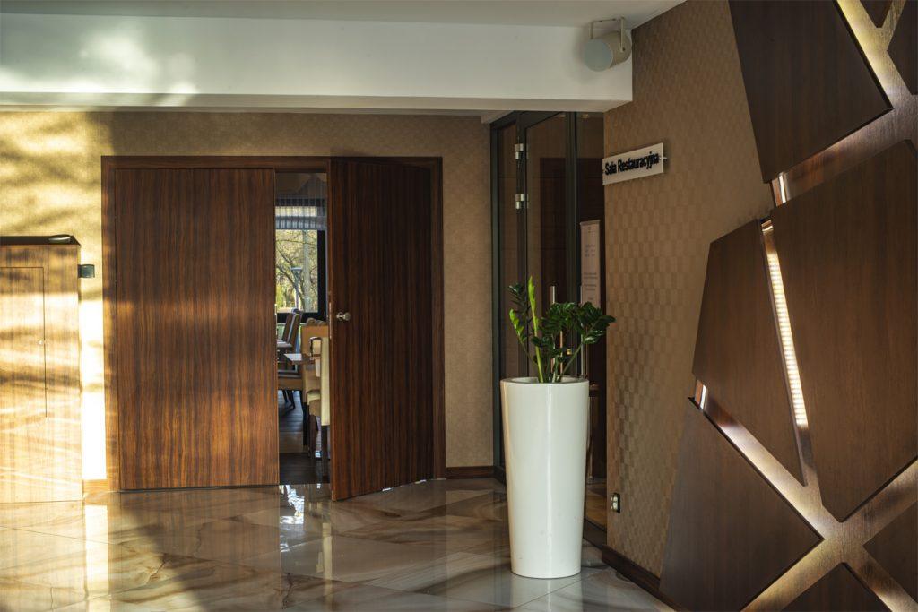 Hotel Primavera - dwuskrzydłowe drzwi w lobby