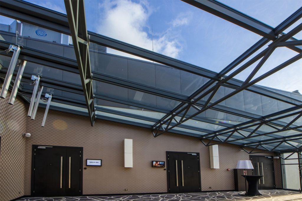 Hotel Primavera - korytarz pod szklanym sufitem