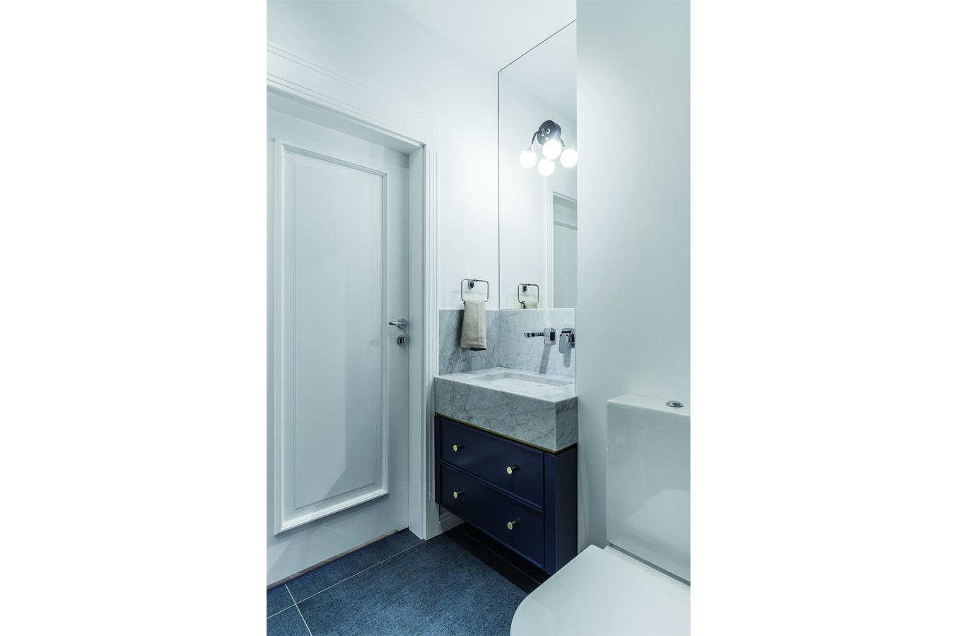 Klasyczne drzwi w łazience